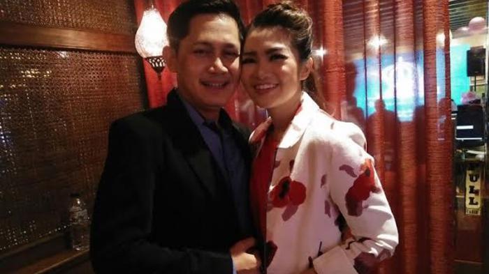 Fitri Carlina dan suami, Hendrawan Sumendap saat menghadiri ulang tahun Nagaswara ke - 17 sekaligus peluncuran single terbarunya Musim Hujan Musim Kawin, di Al Jazeerah, Menteng,  Jakarta Pusat,  Selasa (27/9/2016).
