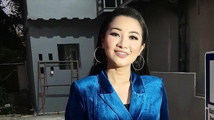 Penyanyi dangdut Fitri Carlina ketika ditemui di Jalan Kapten Tendean, Jakarta Selatan, Senin (29/6/2020) petang.