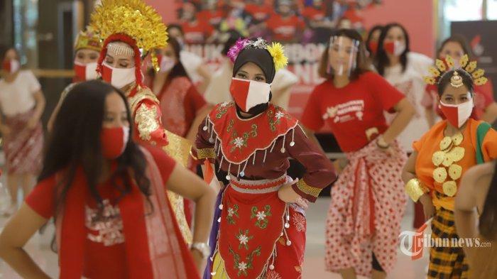 Sejumlah penari menampilkan tarian tradisional saat acara Tunjukkan Indonesiamu di Jakarta, Sabtu (15/8/2020).