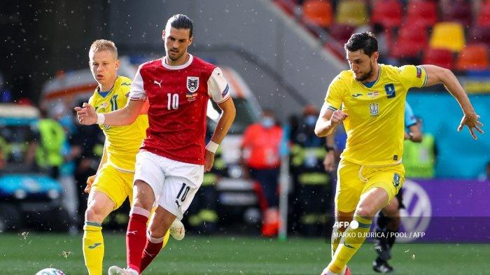 Gelandang Austria Florian Grillitsch (tengah) berebut bola dengan bek Ukraina Oleksandr Zinchenko (kiri) dan pemain depan Ukraina Roman Yaremchuk (kanan) selama pertandingan sepak bola Grup C UEFA EURO 2020 antara Ukraina dan Austria di National Arena di Bucharest pada 21 Juni, 2021.