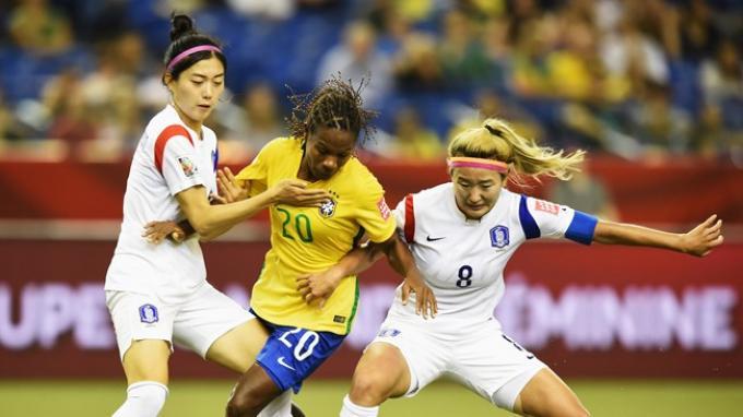 Formiga (tengah) saat menghadapi dua pemain Korea Selatan di Piala Dunia Perempuan 2015.