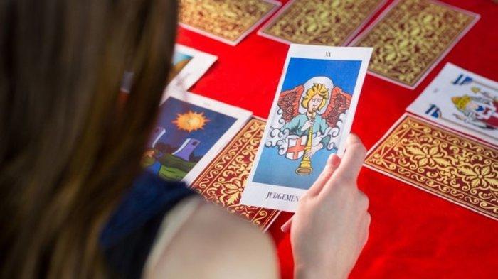 Kisah Tarot Reader yang Alami Perubahan Positif setelah Belajar Tarot dan Astrologi