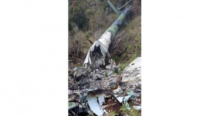 Sebuah foto bangkai pesawat helikopter beredar di dunia maya pada Selasa (4/2/2020). Foto bangkai helikopter itu diduga MI 17 milik TNI AD yang hilang kontak sejak Juni 2019 lalu