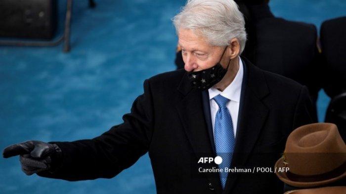 Mantan Presiden AS Bill Clinton memberi isyarat saat dia tiba untuk pelantikan Joe Biden sebagai Presiden AS ke-46 pada 20 Januari 2021, di Capitol AS di Washington, DC.