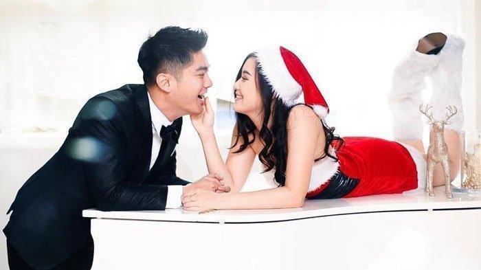 Foto Boy William dan Karen Vendela bertema Natal.