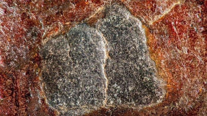 Foto close up batu Hajar Aswad yang difoto dengan resolusi tinggi