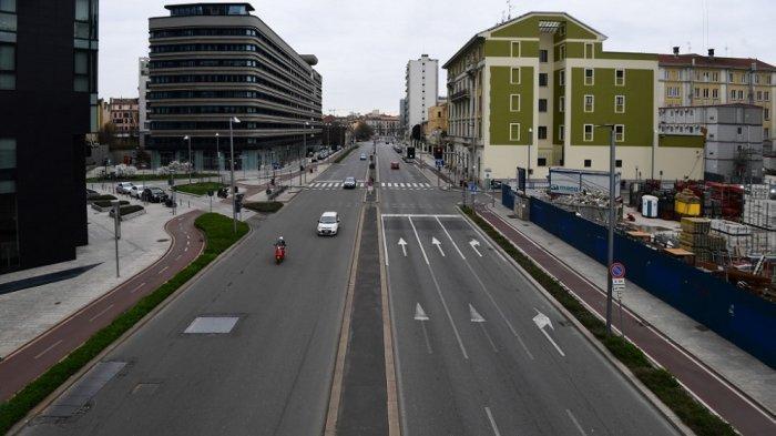 Suasana di distrik Porta Nuova yang sepi di Milan pada 12 Maret 2020, ketika Italia menutup semua toko kecuali apotek dan toko makanan dalam upaya putus asa untuk menghentikan penyebaran virus corona yang telah menewaskan 827 di negara itu hanya dalam waktu singkat. dua minggu.