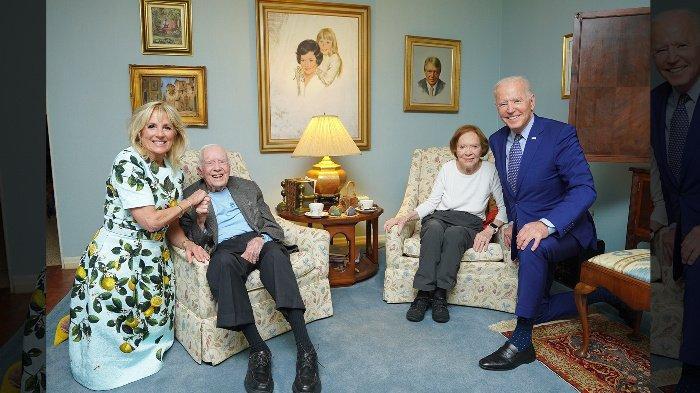 Keanehan pada Foto Biden dan Carter, Mantan Presiden dan Ibu Negara AS Tampak Kecil seperti Miniatur