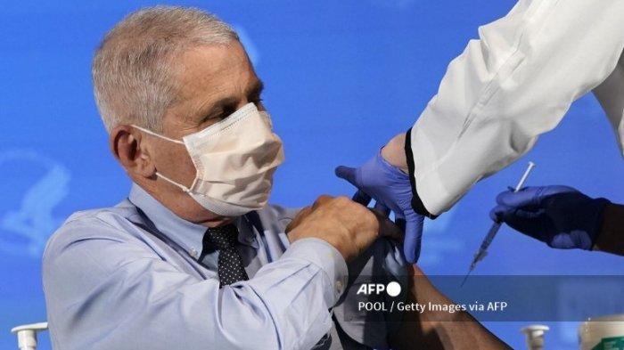 BETHESDA, MARYLAND - 22 DESEMBER: Dr. Anthony Fauci, direktur National Institute of Allergy and Infectious Diseases, bersiap untuk menerima dosis pertama vaksin COVID-19 di National Institutes of Health pada 22 Desember 2020 di Bethesda, Maryland .
