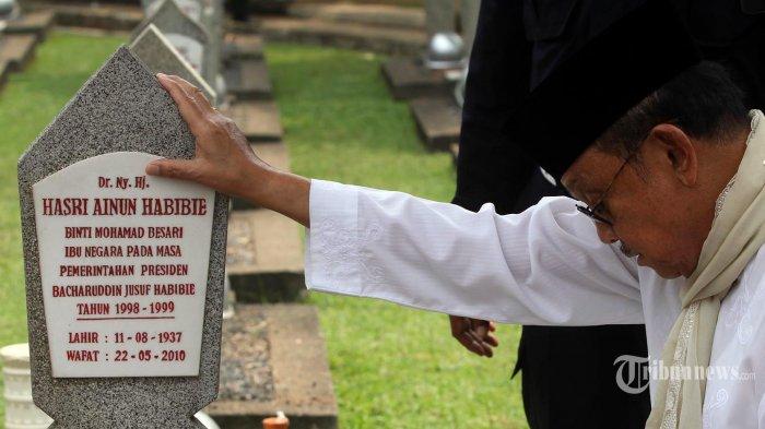Presiden RI ketiga BJ Habibie berdoa saat berziarah di makam istrinya Ainun Habibie, di Taman Makam Pahlawan Nasional Kalibata, Jakarta Selatan, Jumat (20/9/2013). Presiden sekaligus ilmuwan kebanggaan Indonesia BJ Habibie wafat pada Rabu 11 September 2019 dalam usia 83 tahun. Warta Kota/adhy kelana/kla
