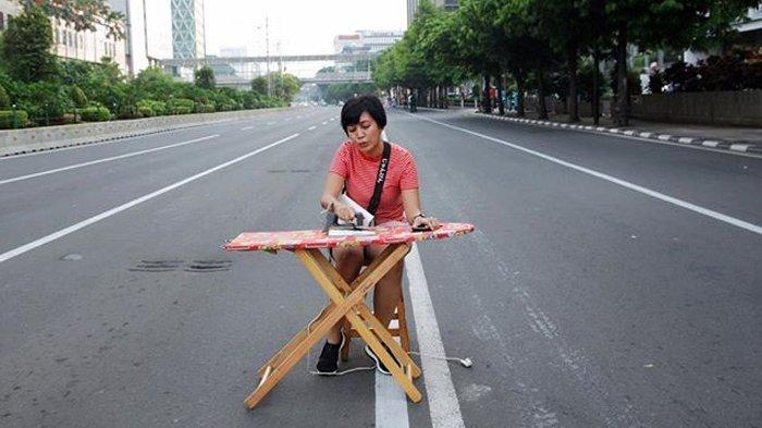 Foto-foto Jakarta Sepi Ditinggal Mudik, Lihat Kelakuan Iseng Warga di Tengah Jalan