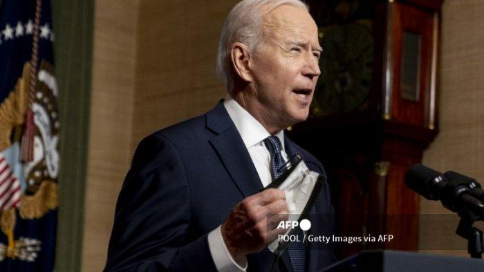 Presiden AS Joe Biden melepas topengnya untuk berbicara dari Ruang Perjanjian di Gedung Putih tentang penarikan pasukan AS dari Afghanistan pada 14 April 2021 di Washington, DC. Presiden Biden mengumumkan rencananya untuk menarik semua pasukan AS yang tersisa dari Afghanistan pada 11 September 2021 sebagai langkah terakhir untuk mengakhiri perang terpanjang di Amerika.