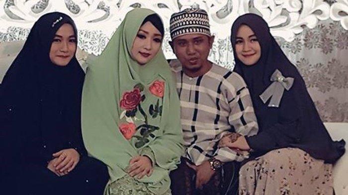 Lora Fadil bersama ketiga istrinya.