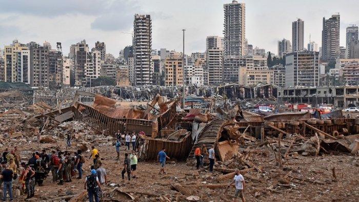 Foto memperlihatkan tempat ledakan di dekat pelabuhan di ibukota Lebanon, Beirut, pada 4 Agustus 2020. Dua ledakan besar mengguncang ibukota Lebanon, Beirut, melukai puluhan orang, mengguncang gedung-gedung, dan mengirim asap besar mengepul ke langit. Media Libanon membawa gambar-gambar orang yang terperangkap di bawah puing-puing, beberapa berlumuran darah, setelah ledakan besar, yang penyebabnya tidak segera diketahui.
