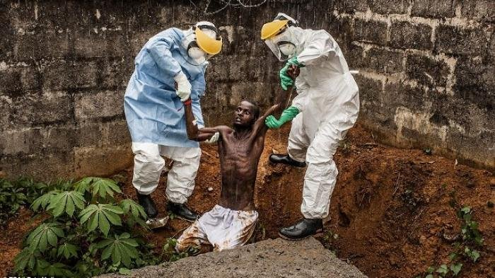 Foto Muller ini memotret kisah seorang pria yang berusaha melarikan diri dari pusat karantina virus ebola di Freetown, Sierra Leon pada 23 November 2014 lalu. Miris, pria itu meninggal tak lama setelah foto itu diambil.