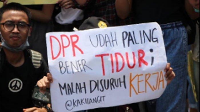 Deretan Foto Poster-poster Menggelitik dalam Aksi Demo Mahasiswa Hari ini