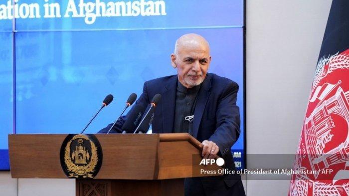 Foto selebaran ini diambil pada 23 Februari 2021 dan dirilis oleh Kantor Pers Presiden Afghanistan menunjukkan Presiden Afghanistan Ashraf Ghani berbicara selama upacara di Istana Kepresidenan di Kabul, ketika Afghanistan meluncurkan kampanye vaksinasi Covid-19.