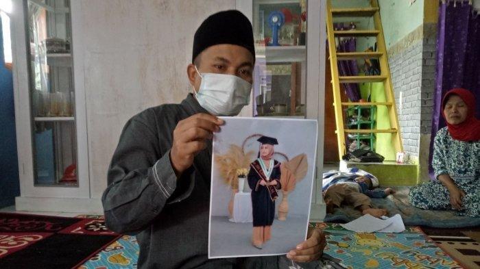 Foto Resa Siti Khoeriyah dipegang kakaknya di rumahnya. Resa adalah salah satu korban yang tewas dalam kecelakaan maut di Sumedang, Rabu (10/3/2021).