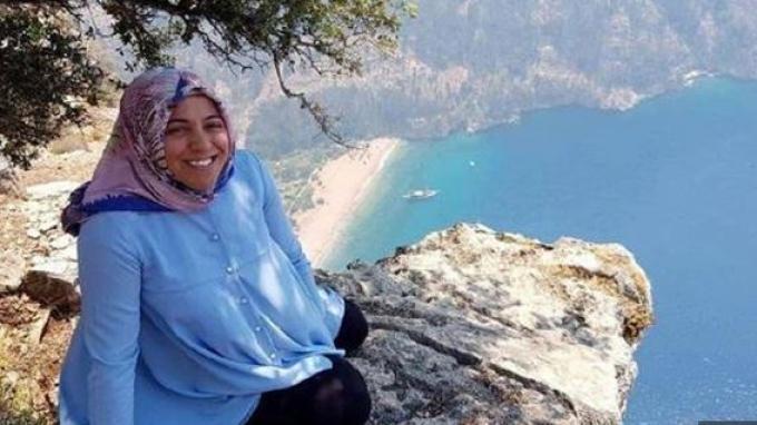 Foto Semra Aysal sebelum tewas terjatuh dari tebing. (Kredit: Newsflash (Tangkap layar The Sun))
