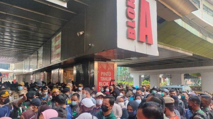 FOTO-FOTO Suasana di Pasar Tanah Abang: Ribuan Pengunjung Berdesak-desakan Tanpa Jaga Jarak
