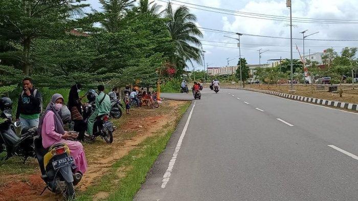 Sejumlah Warga Tanjungpinang Berdiri di Pinggir Jalan Menunggu Jokowi Lewat