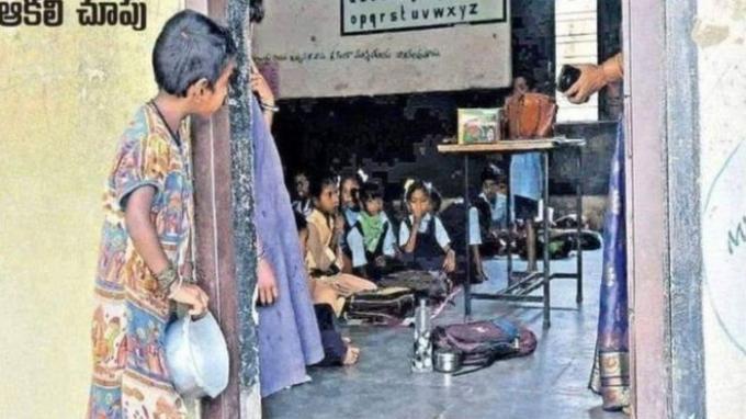 Foto yang Bikin Dunia Menangis, Saat Seorang Bocah Miskin Mengintip Anak-anak Orang Kaya Sekolah