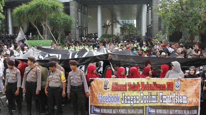 Massa FPI saat melakukan aksi demo di depan kantor Facebook Indonesia, Gatot Subroto, Jakarta Selatan, Jumat (12/1/2018). Massa meminta penjelasan Facebook terkait pemblokiran akun yang dialami mereka. Tribunnews/Jeprima