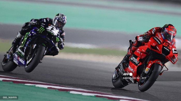 Pembalap Italia Ducati Lenovo Team Francesco Bagnaia (kanan) berkendara selama Moto GP Qatar Grand Prix di Losail International Circuit, di kota Lusail pada 28 Maret 2021. KARIM JAAFAR / AFP