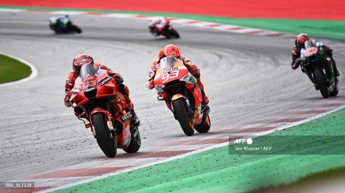 Pembalap Ducati Italia Francesco Bagnaia (kiri) dan pembalap Honda Spanyol Marc Marquez (kedua dari kiri) bersaing selama Grand Prix Sepeda Motor Austria di trek balap Red Bull Ring di Spielberg, Austria pada 15 Agustus 2021.