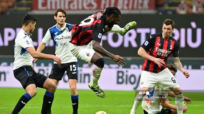 Gelandang Pantai Gading AC Milan Franck Kessie (tengah) dijegal selama pertandingan sepak bola Serie A Italia AC Milan vs Atalanta Bergamo pada 23 Januari 2021 di stadion San Siro di Milan. MIGUEL MEDINA / AFP