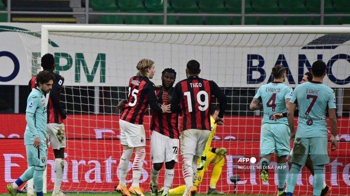 Gelandang Pantai Gading AC Milan, Franck Kessie, merayakan bersama rekan setimnya setelah mencetak gol penalti selama pertandingan sepak bola Serie A Italia antara AC Milan dan Torino pada 9 Januari 2021 di stadion San Siro di Milan. MIGUEL MEDINA / AFP