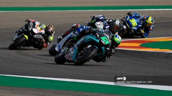 Pembalap Italia Petronas Yamaha SRT Franco Morbidelli (tengah) berlaga di Grand Prix MotoGP Teruel di sirkuit Motorland di Alcaniz pada 25 Oktober 2020.