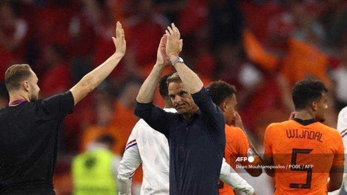 Frank de Boer merayakan kemenangan timnya pada akhir pertandingan sepak bola Grup C UEFA EURO 2020 antara Belanda dan Austria di Johan Cruyff Arena di Amsterdam pada 17 Juni 2021.