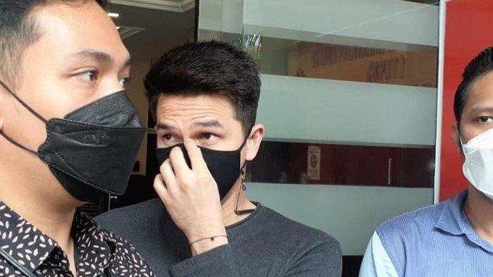 Jonathan Frizzy bersama tim kuasa hukumnya usai memenuhi panggilan Polres Metro Jakarta Selatan, Rabu (15/9/2021).