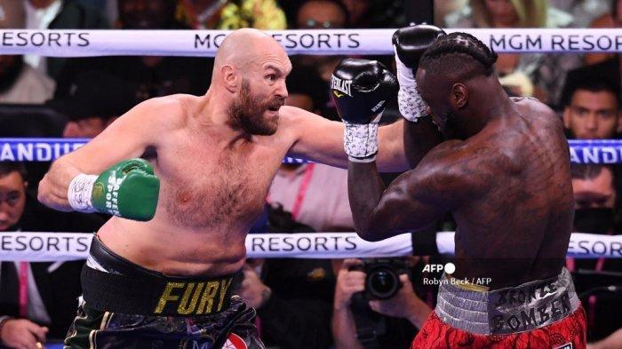 Penantang AS Deontay Wilder (kanan) dan juara kelas berat WBC Tyson Fury dari Inggris Raya (kiri) memperebutkan gelar kelas berat WBC/Lineal di T-Mobile Arena di Las Vegas, Nevada, 9 Oktober 2021.