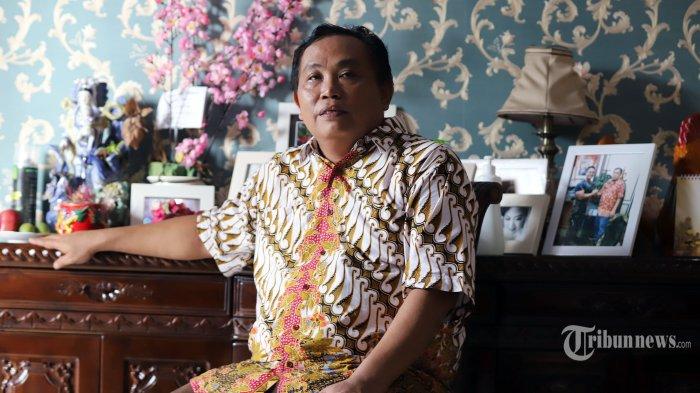 Wakil Ketua Umum Partai Gerindra Arief Poyuono saat ditemui tim Tribunnews.com di Kawasan Bekasi, Jawa Barat, Selasa (12/5/2020). Dalam kesempatan tersebut Arief Poyuono menceritakan tentang warisan dari orangtuanya mengenai ramuan-ramuan jamu yang diperolehnya sehingga dirinya memproduksi jamu anti virus corona. Tribunnews/Jeprima