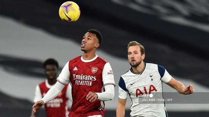 Bek Arsenal asal Brasil Gabriel (tengah) bersaing dengan striker Inggris Tottenham Hotspur Harry Kane (kanan) selama pertandingan sepak bola Liga Utama Inggris antara Tottenham Hotspur dan Arsenal di Stadion Tottenham Hotspur di London, pada 6 Desember 2020. Glyn KIRK / POOL / AFP
