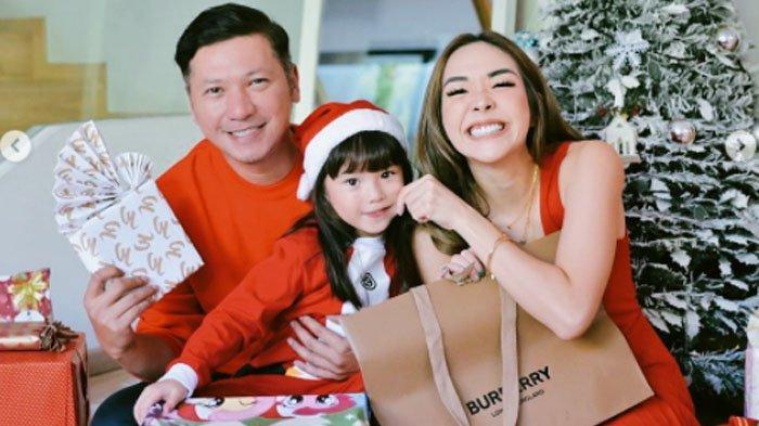 Gading Marten membagikan momen natal yang dia jalani bersama mantan istrinya, Gisella Anastasia serta putri semata wayang mereka, Gempita Nora Marten alias Gempi.