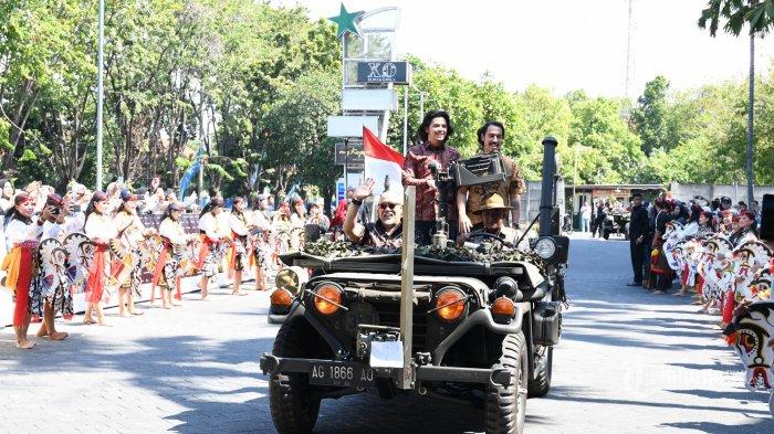 MERIAH - Pemain film Warkop DKI Reborn 3 dan 4 (Indro Warkop, Rendy Nidji dan Aliando Syarief naik Jeep Willys saat hadir pada gala premier (pemutaran pertama) film yang kisahnya diangkat dari dua novel berjudul sama tulisan sastrawan Pramoedya Ananta Toer, Perburuan dan Bumi Manusia di Surabaya Town Square (Sutos), Jumat (9/8). Gala premier dua film itu dihadiri seluruh artis pendukung, sutradara, produser dan artis pendukung film yang lain dari Falcon Pictrures. (SURYA/AHMAD ZAIMUL HAQ)