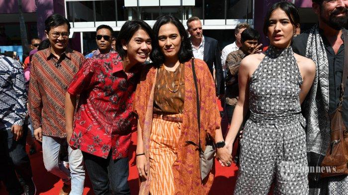 MERIAH - Tiga pemain utama film Bumi Manusia, Iqbaal Ramadhan, Ine Febrianti dan Mawar De Jongh saat hadir pada gala premier (pemutaran pertama) film yang kisahnya diangkat dari dua novel berjudul sama tulisan sastrawan Pramoedya Ananta Toer, Perburuan dan Bumi Manusia di Surabaya Town Square (Sutos), Jumat (9/8). Gala premier dua film itu dihadiri seluruh artis pendukung, sutradara, produser dan artis pendukung film yang lain dari Falcon Pictrures. SURYA/AHMAD ZAIMUL HAQ