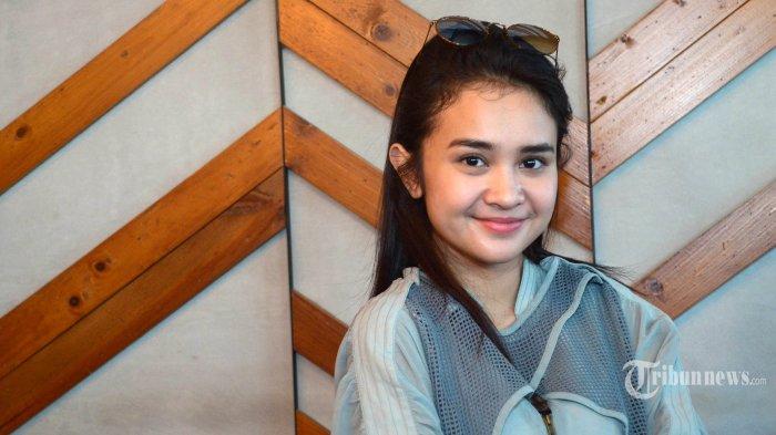 SAPA PENGGEMAR - Michelle Ziudith pemeran film London Love Story 3 menyapa penggemar saat hadir pada Gala Premiere London Love Story 3, Senin (5/2/2018) di Marvell City Mall Surabaya. (SURYA/AHMAD ZAIMUL HAQ)