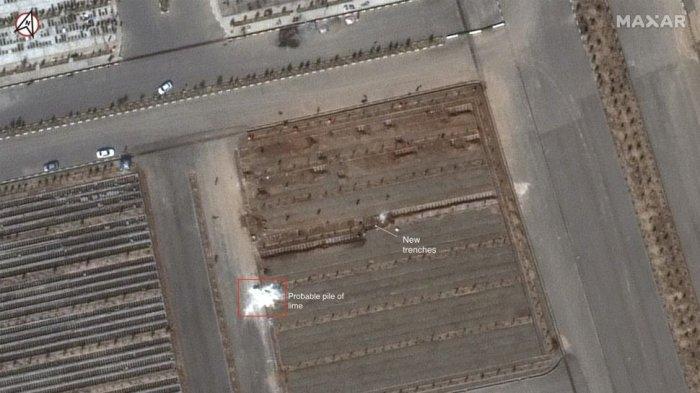 Gambar dari satelit MaxView WorldView-3 menunjukkan pemakaman Behesht-e Masoumeh di Qom, Iran, pada 1 Maret 2020. Pemakaman itu sedang mempersiapkan pandemi dengan menggali dua
