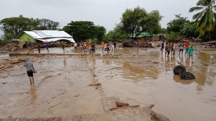 Gambar ini memperlihatkan banjir yang memporakporandakan rumah warga di Waiwerang,
