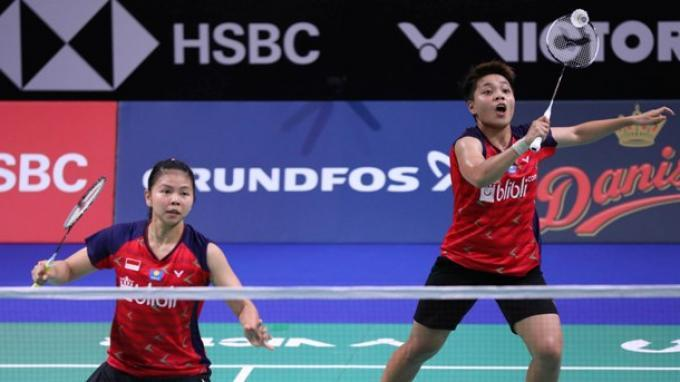 Ganda putri Indonesia, Greysia Polii/Apriyani Rahayu saat berlaga di babak pertama Denmark Open 2019.
