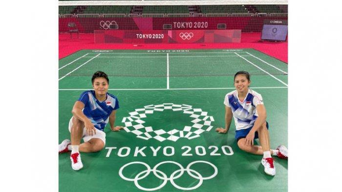 Ganda putri Indonesia, Greysia Polii/Apriyani Rahayu foto bersama di lapangan latihan jelang tampil di Olimpiade Tokyo 2020.