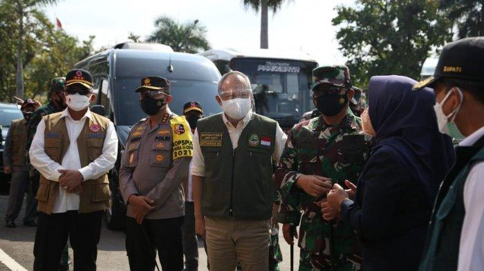 Ganip Warsito (Kiri memakai rompi) bersama Panglima TNI