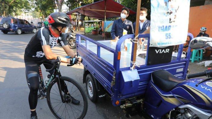 Ganjar Apresiasi Mahasiswa Polines yang Borong Dagangan PKL di Semarang