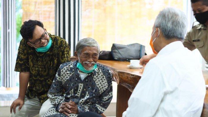 Gubernur Jawa Tengah Ganjar Pranowo menemui Mbah Min, sosok veteran mata-mata Belanda yang viral karena menjual mainan anak pada Senin (9/11/2020).