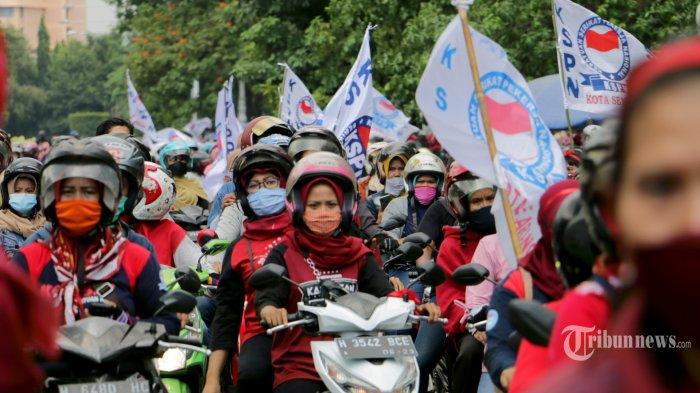 Rribuan pendemo memadati Jalan Pahlawan depan kantor Gubernur dan DPRD Provinsi Jateng, Senin (12/10/2020).Dalam orasinya Ganjar menegaskan bahwa sudah menelpon para menteri terkait tuntutan para buruh. Aksi demo berlangsung dengan tertib dan damai. Diakhir demo, para buruh memberikan bunga kepada TNI dan Polri sebagai simbol perjuangan menolak Omnibus Law RUU Cipta Kerja yang berjalan lancar. (Tribun Jateng/Hermawan Handaka)