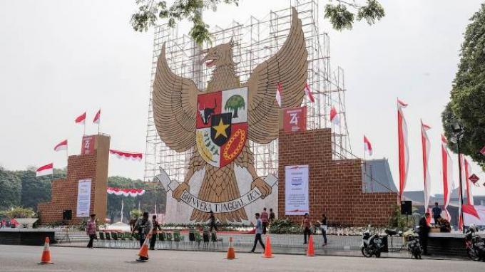 Gapura berbentuk replika lambang negara republik Indonesia Garuda Pancasila dibangun menjulang setinggi 17 meter. Gapura tersebut terbuat dari kacang dan dikembangkan dalam 8 hari oleh 45 seniman dengan berbagai latar belakang budaya. Angka-angka ini terhubung dengan 17 Agustus 1945 (17 - 8 – 1945), Hari Kemerdekaan Republik Indonesia.